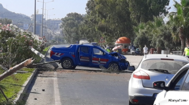 Alanya'da jandarma aracı takla attı : 2 asker yaralı