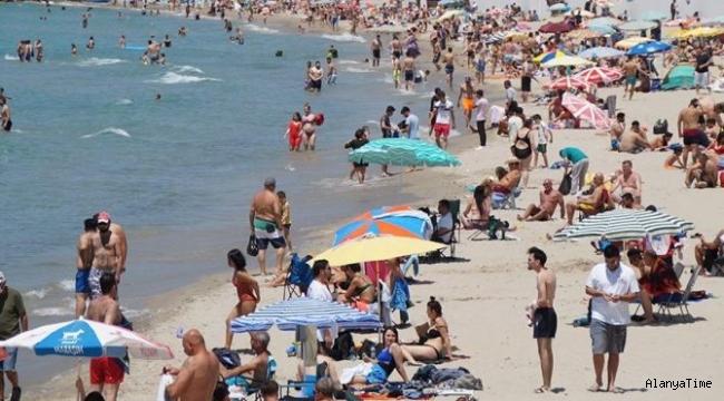 Antalya'da sıcaklar bunalttı! Sahillere akın ettiler